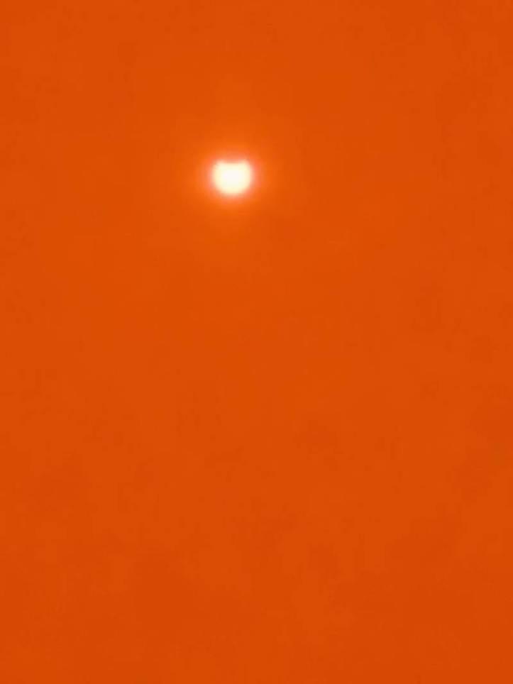 Gerhana Matahari Total 9 Maret 2016: Alun-alun Utara Yogyakarta, Indonesia. Pukul 06:35 diambil menggunakan Solar Viewer. - JogjaMinded/Twitter