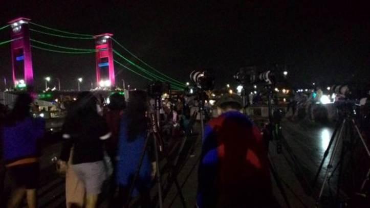Gerhana Matahari Total 9 Maret 2016: Palembang, Sumatera Selatan, Indonesia. Pukul 04:51 Jembatan Ampera ramai dipenuhi wisatawan lokal maupun mancanegara. - Rhamapurnajati/Twitter