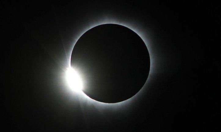 Gerhana Matahari Total 9 Maret 2016: Palu, Sulawesi Tengah, Indonesia. Bulan mulai merjalan untuk meninggalkan Matahari. - Ojo Bala/EPA