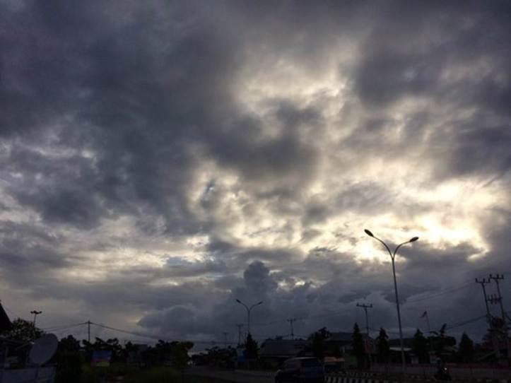 Gerhana Matahari Total 9 Maret 2016: Maba, Halmahera Timur, Maluku Utara, Indonesia. Pukul 05:24 Langit masih diselimuti awan gelap. - Srikumoro/Twitter