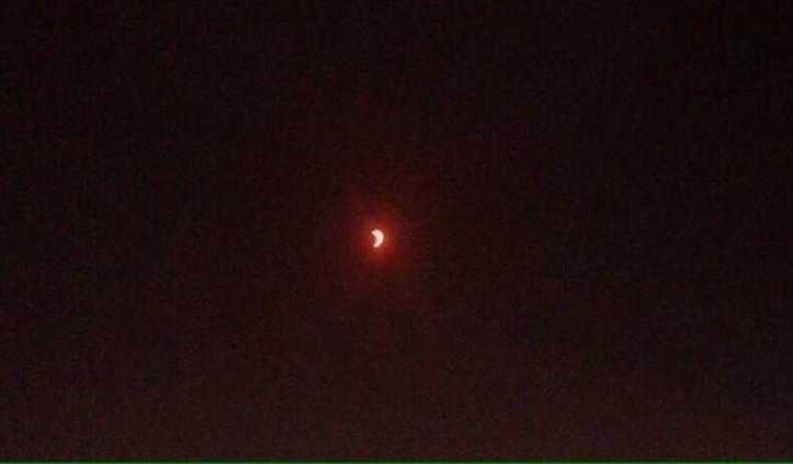 Gerhana Matahari Total 9 Maret 2016: Bekasi, Jawa Barat, Indonesia. Pukul 07:22 Bulan mulai menutupi Matahari. - Herumargianto/Twitter
