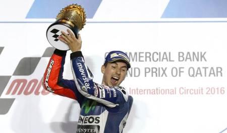 Jorge Lorenzo mendapat trofi juara MotoGP Qatar -- seri perdana MotoGP 2016 -- di Sirkuit Losail. - Getty Images