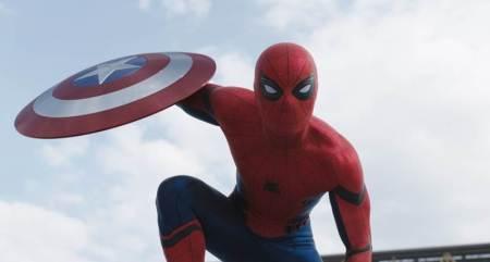 Spider-Man merampas perisai milik Steve Rogers, saat pertama kali Spider-Man muncul dalam di film Captain America: Civil War. - Rain Rochim/Mzochim/YouTube